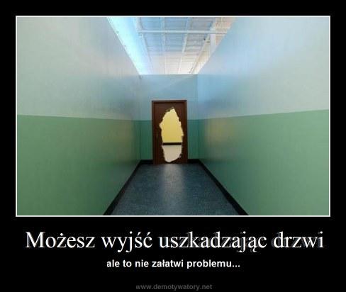 Możesz wyjść uszkadzając drzwi - ale to nie załatwi problemu...